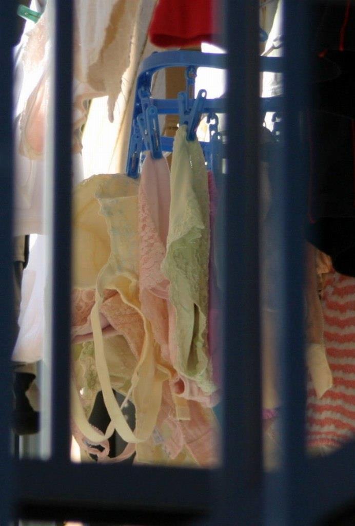 幼いjcの膨らみかけの乳房を包むベランダ下着盗撮エロ画像13枚目