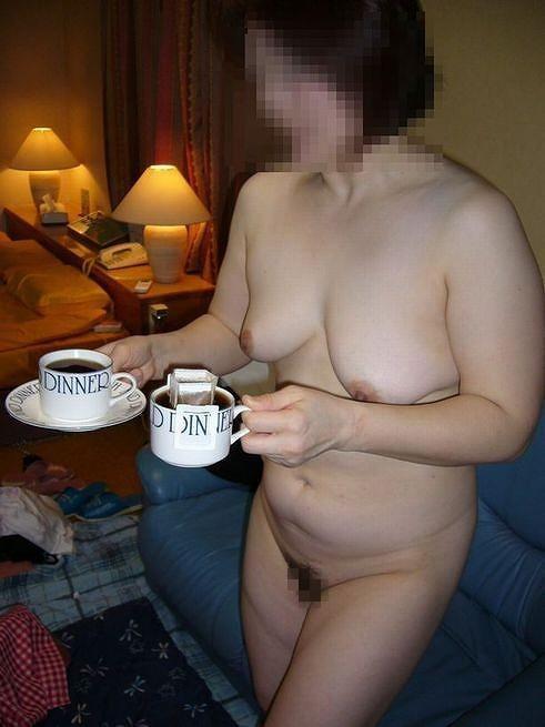 不倫セックスの合間にコーヒーを楽しむデブ人妻の画像