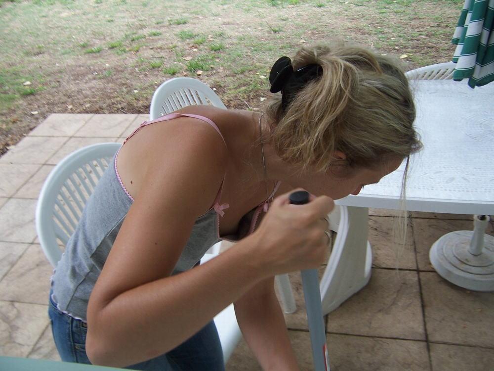 乳白色のロリ乳首な洋ロリ少女の胸チラ盗撮エロ画像3枚目