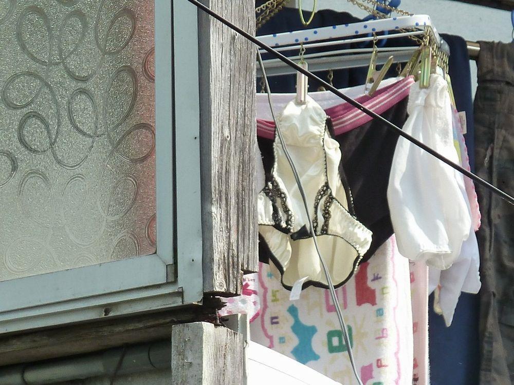 近所のjkのベランダに干されたパンストと下着の盗撮エロ画像4枚目