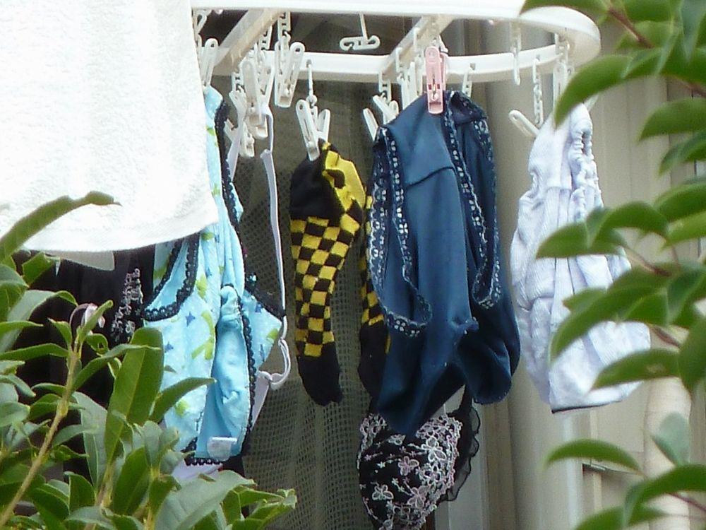 近所のjkのベランダに干されたパンストと下着の盗撮エロ画像5枚目