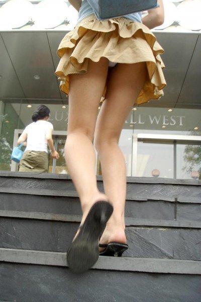 ヒラミニスカートの女子大生の純白下着盗撮エロ画像