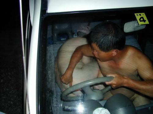 超熟なセフレとカーセックス中を盗撮されたエロ画像16枚目