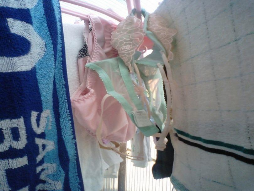 JKが住むベランダに干された貧乳ブラジャー下着盗撮エロ画像3枚目