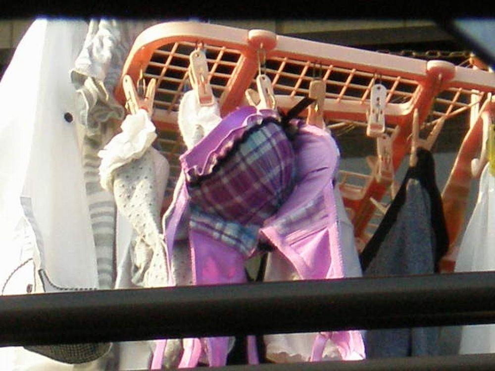 JKが住むベランダに干された貧乳ブラジャー下着盗撮エロ画像5枚目