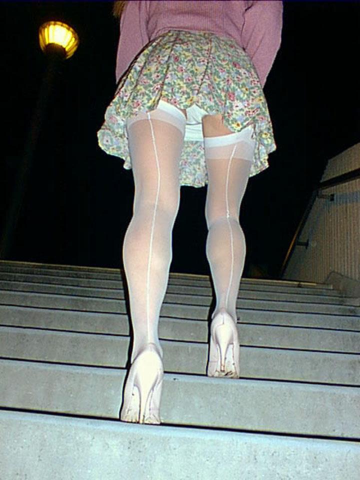 女子大生のパンチラ下着を逆さ盗撮したエロ画像2枚目