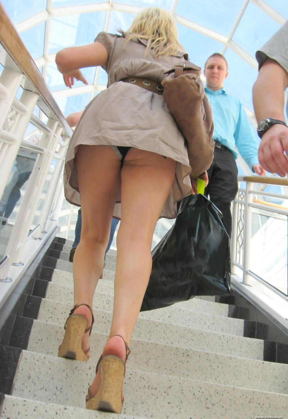 女子大生のパンチラ下着を逆さ盗撮したエロ画像5枚目