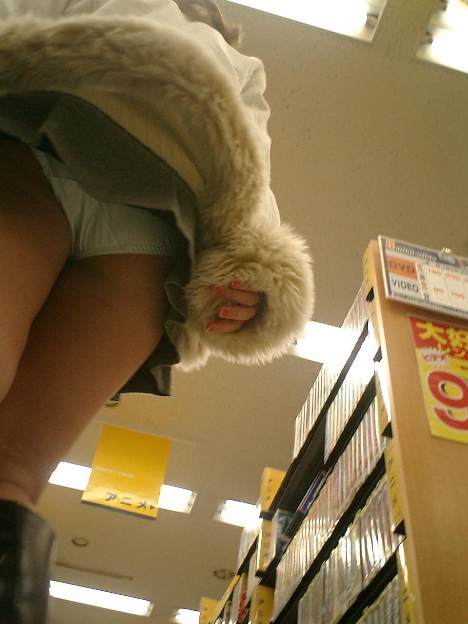 女子大生のパンチラ下着を逆さ盗撮したエロ画像6枚目