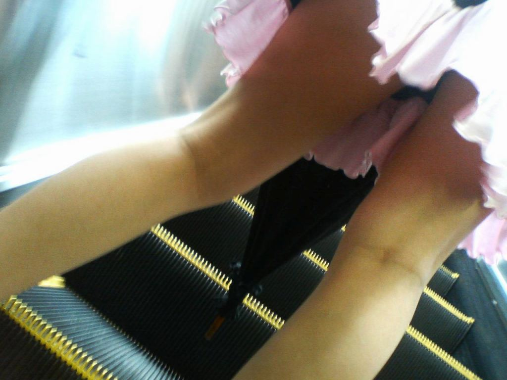 女子大生のパンチラ下着を逆さ盗撮したエロ画像10枚目