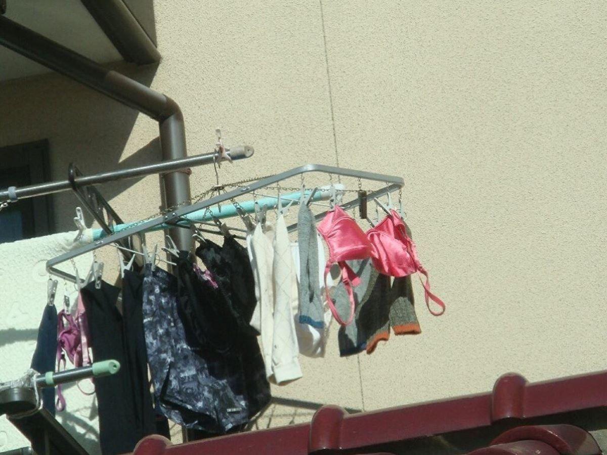 野外で見たjcパンツなのか苺柄のベランダ下着盗撮エロ画像8枚目