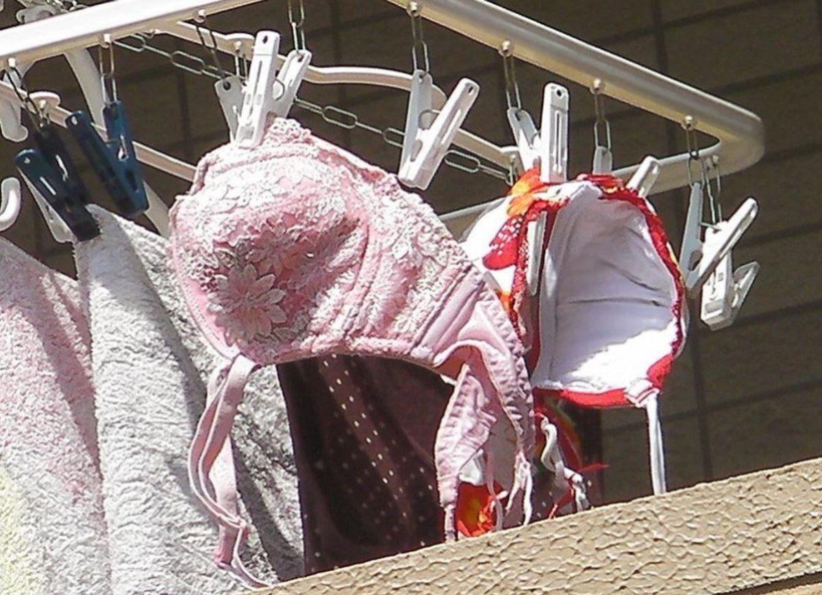 野外で見たjcパンツなのか苺柄のベランダ下着盗撮エロ画像9枚目