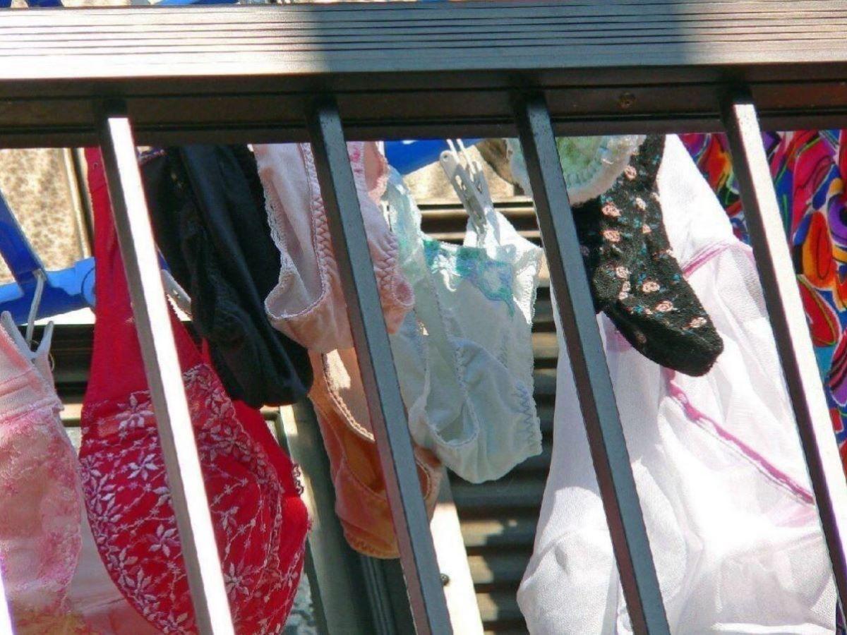 野外で見たjcパンツなのか苺柄のベランダ下着盗撮エロ画像13枚目