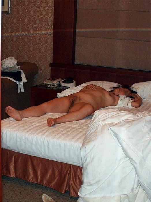 超熟人妻が派手な下着で一服するSEX後の淫らな不倫エロ画像3枚目