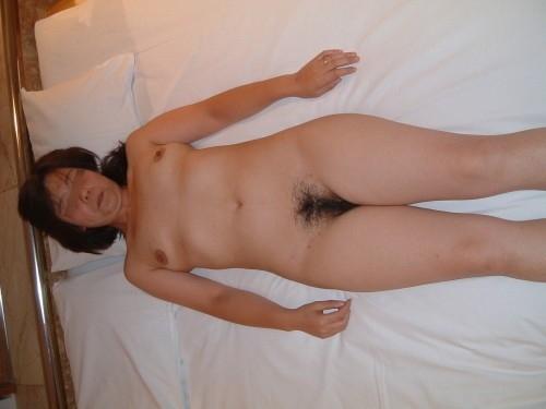 超熟人妻が派手な下着で一服するSEX後の淫らな不倫エロ画像4枚目
