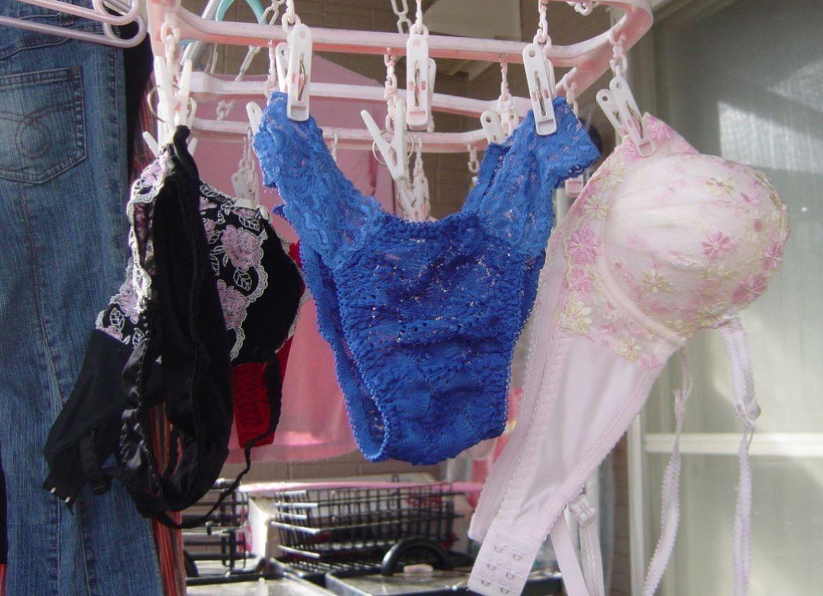 母親か未亡人が履くようなベランダの下着盗撮エロ画像