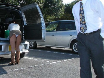 清楚な女子大生の逆さ純白サテン下着盗撮エロ画像2枚目