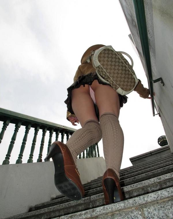 清楚な女子大生の逆さ純白サテン下着盗撮エロ画像11枚目