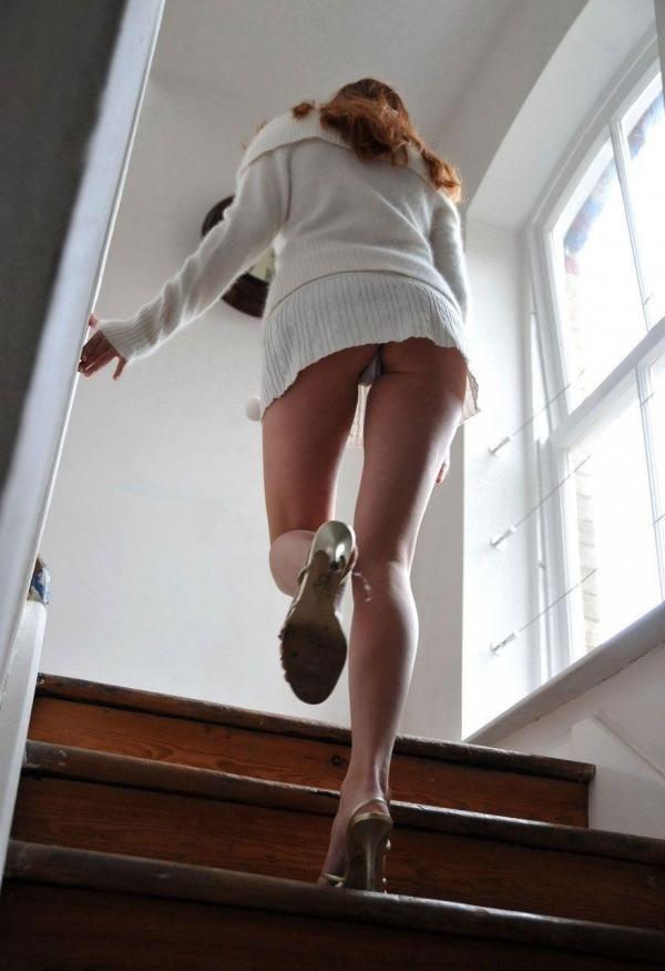 清楚な女子大生の逆さ純白サテン下着盗撮エロ画像15枚目