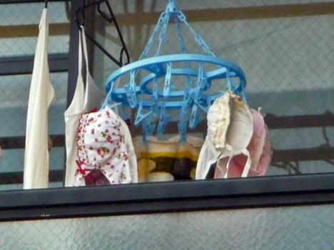 小ぶりなBカップブラジャーのベランダの下着エロ画像6枚目
