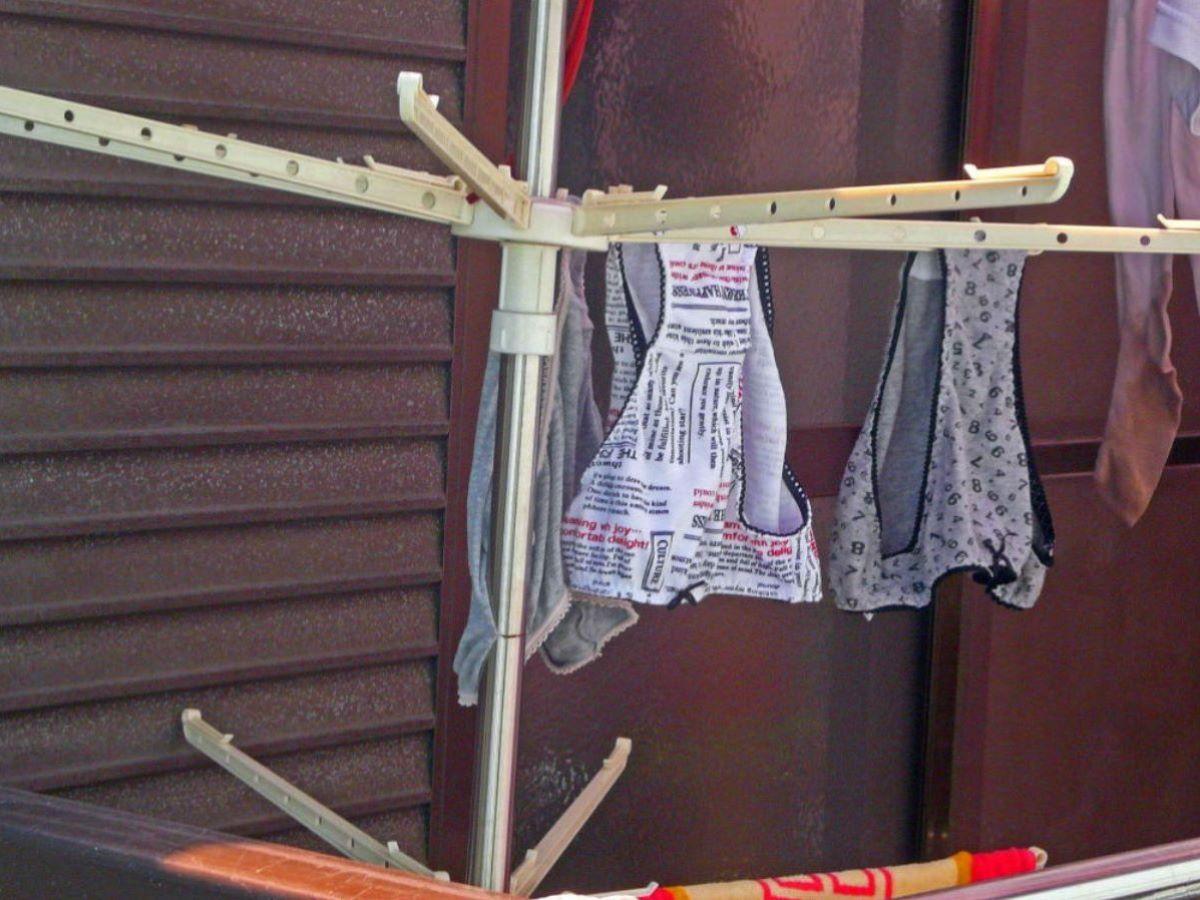 小ぶりなBカップブラジャーのベランダの下着エロ画像9枚目
