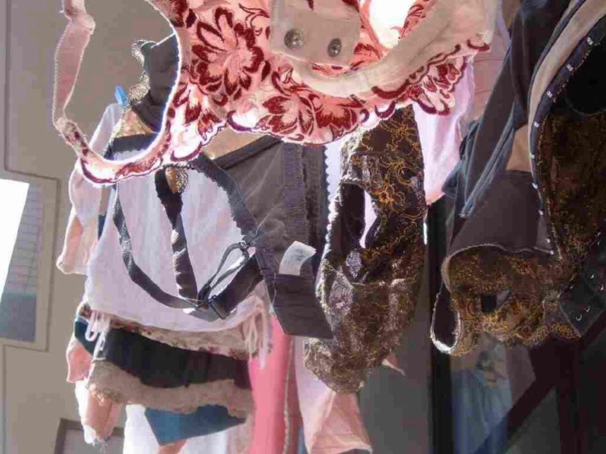 民家のベランダに干された母親の伸びた下着盗撮画像9枚目