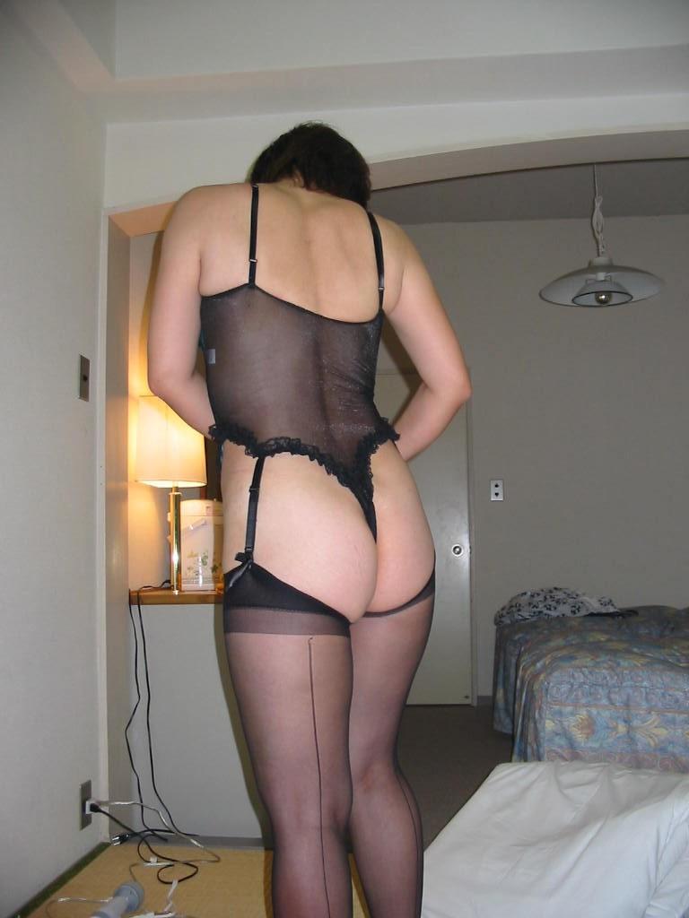 凄い色のセクシー下着で不倫をする淫乱人妻のエロ画像10枚目