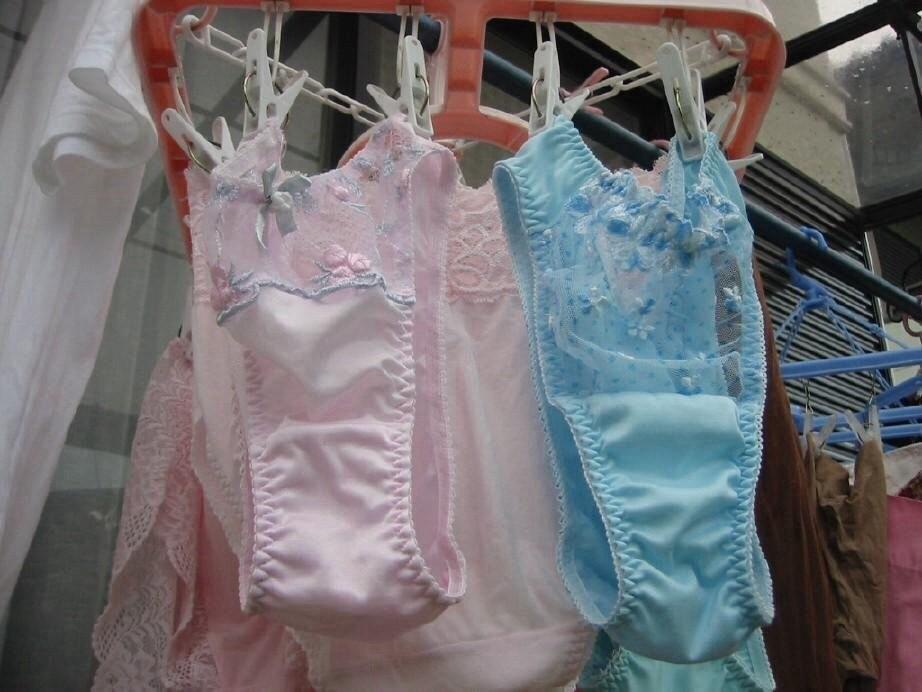 ピンクとブルーの清楚なベランダの下着盗撮エロ画像1枚目