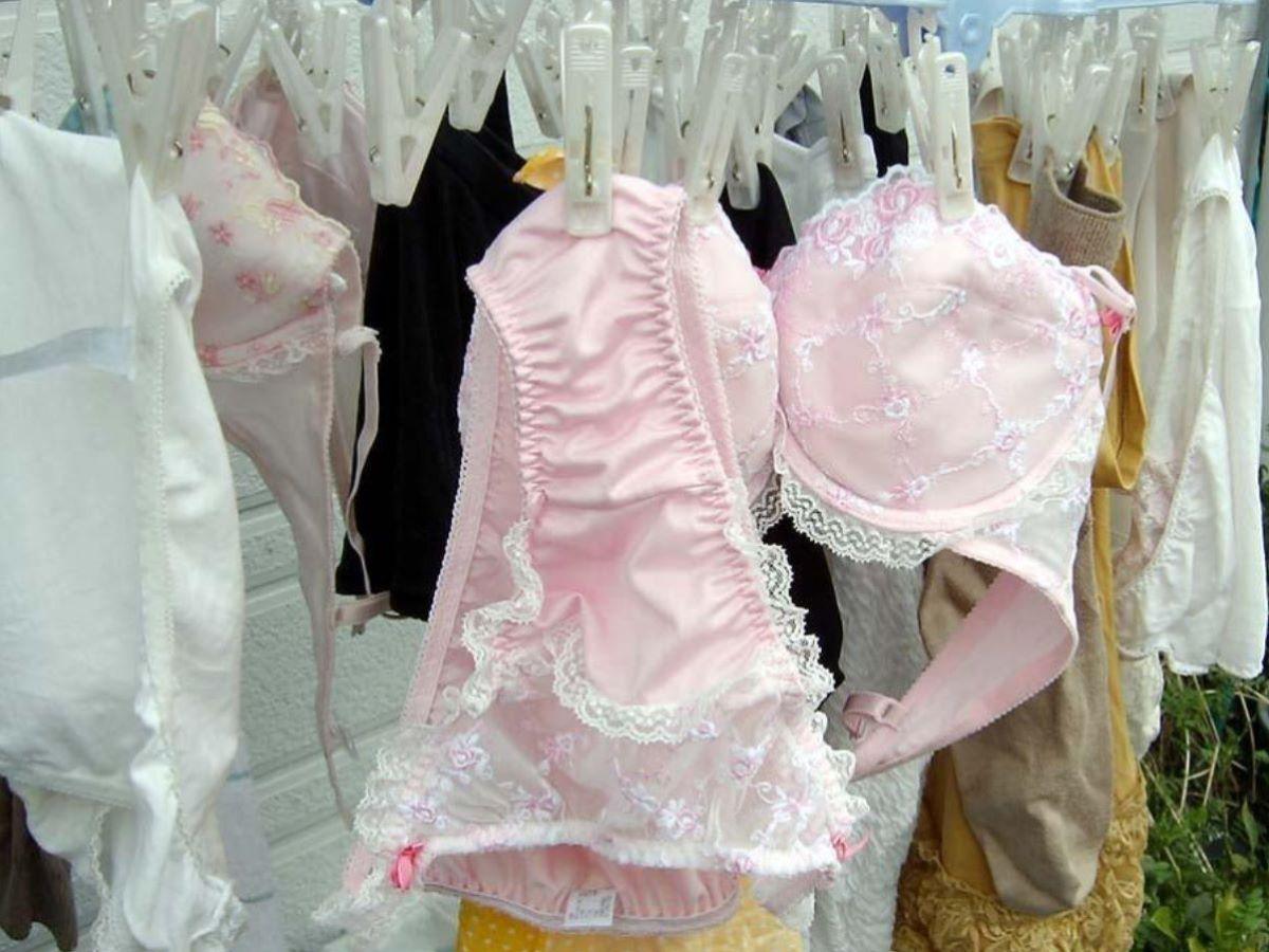 ピンクとブルーの清楚なベランダの下着盗撮エロ画像5枚目