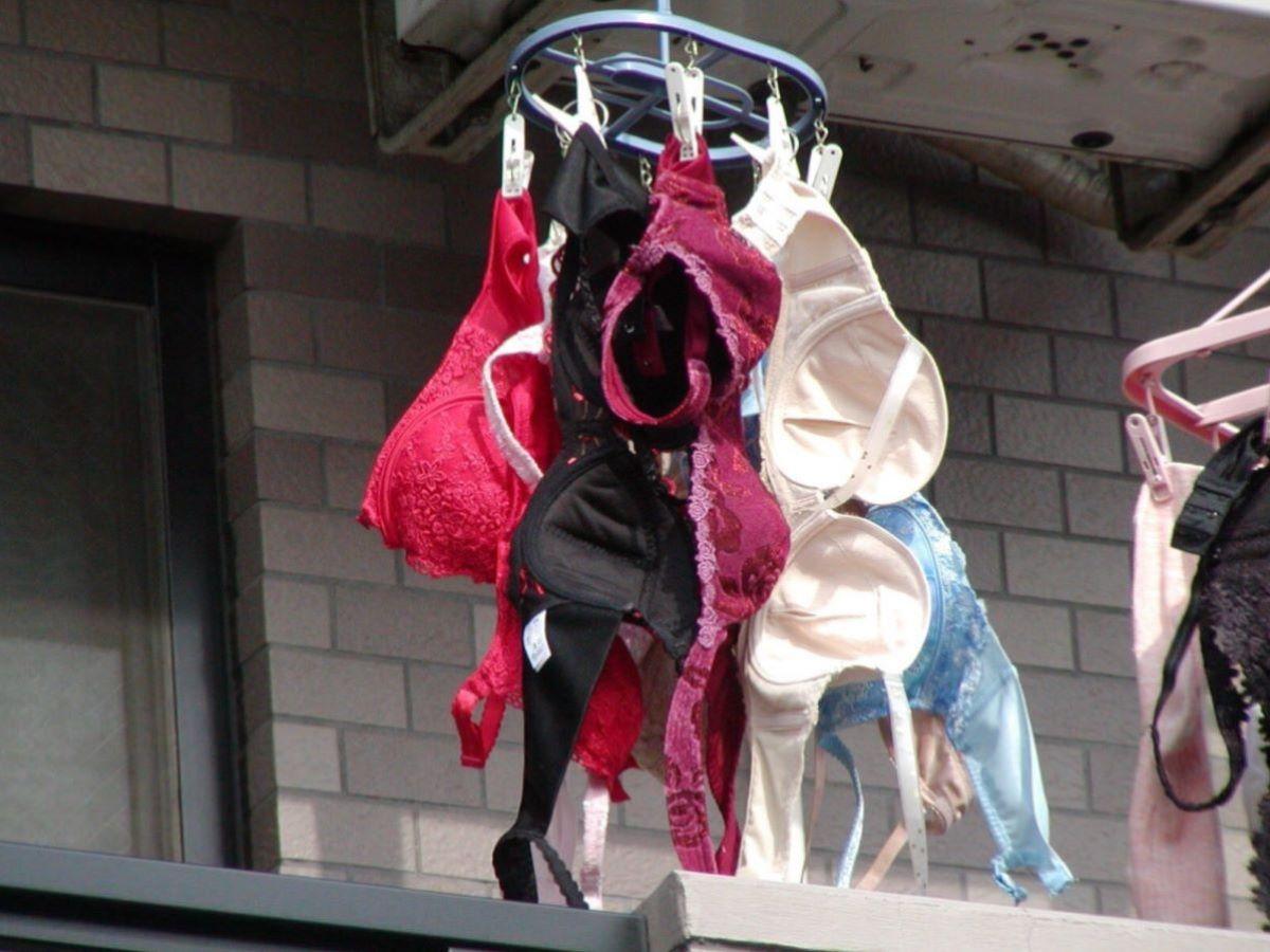 ピンクとブルーの清楚なベランダの下着盗撮エロ画像6枚目