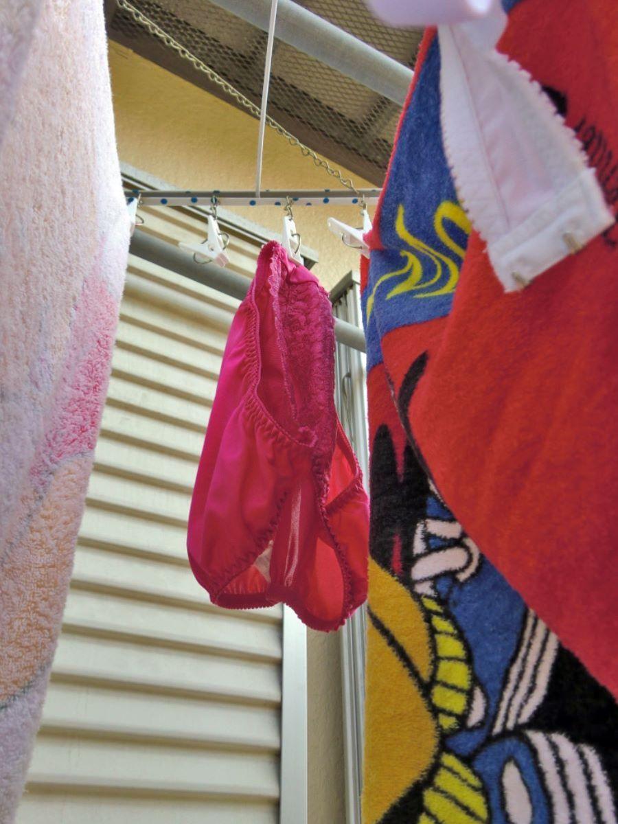 ピンクとブルーの清楚なベランダの下着盗撮エロ画像8枚目