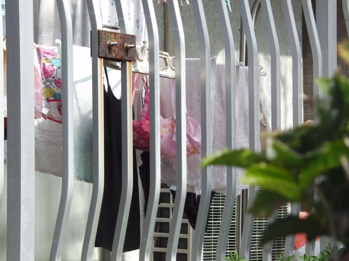 ピンクとブルーの清楚なベランダの下着盗撮エロ画像9枚目