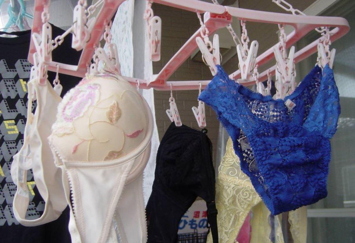 ピンクとブルーの清楚なベランダの下着盗撮エロ画像10枚目