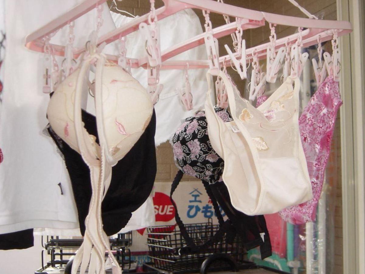 ピンクとブルーの清楚なベランダの下着盗撮エロ画像11枚目