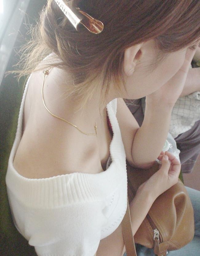 清楚な女子大生の電車内で覗き胸チラ盗撮エロ画像1枚目