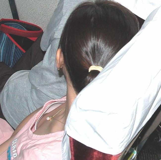 清楚な女子大生の電車内で覗き胸チラ盗撮エロ画像16枚目