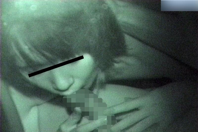 不倫カーセックス中に人妻をクンニ最中を盗撮エロ画像10枚目