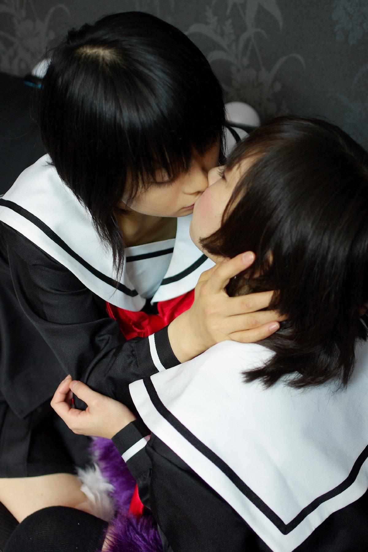 レズ絡みでキスをしながら求め合うエロい画像16枚目