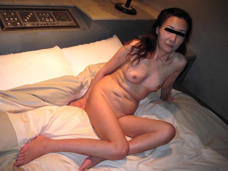 スナックで働く人妻とラブホで不倫するエロ画像1枚目