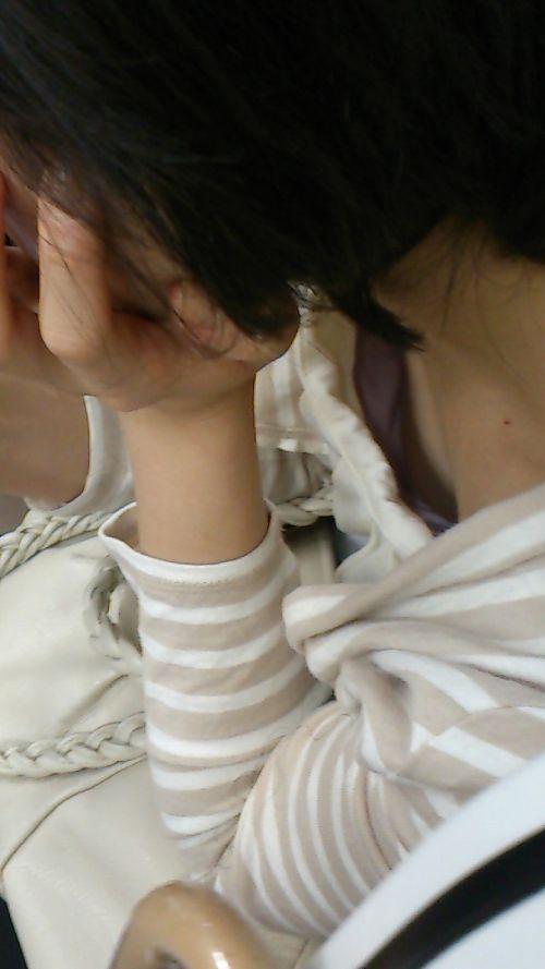 発育途中のうぶで真っ白な乳首を胸チラ盗撮エロ画像9枚目