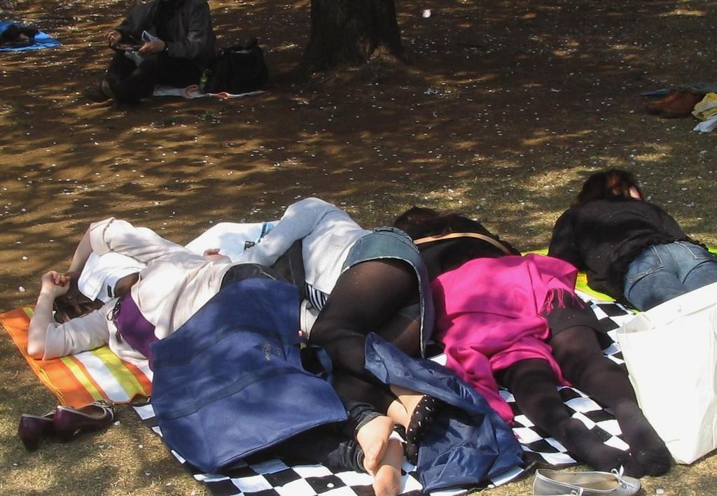 携帯に夢中な隙きに女子大生の逆さ下着盗撮エロ画像4枚目