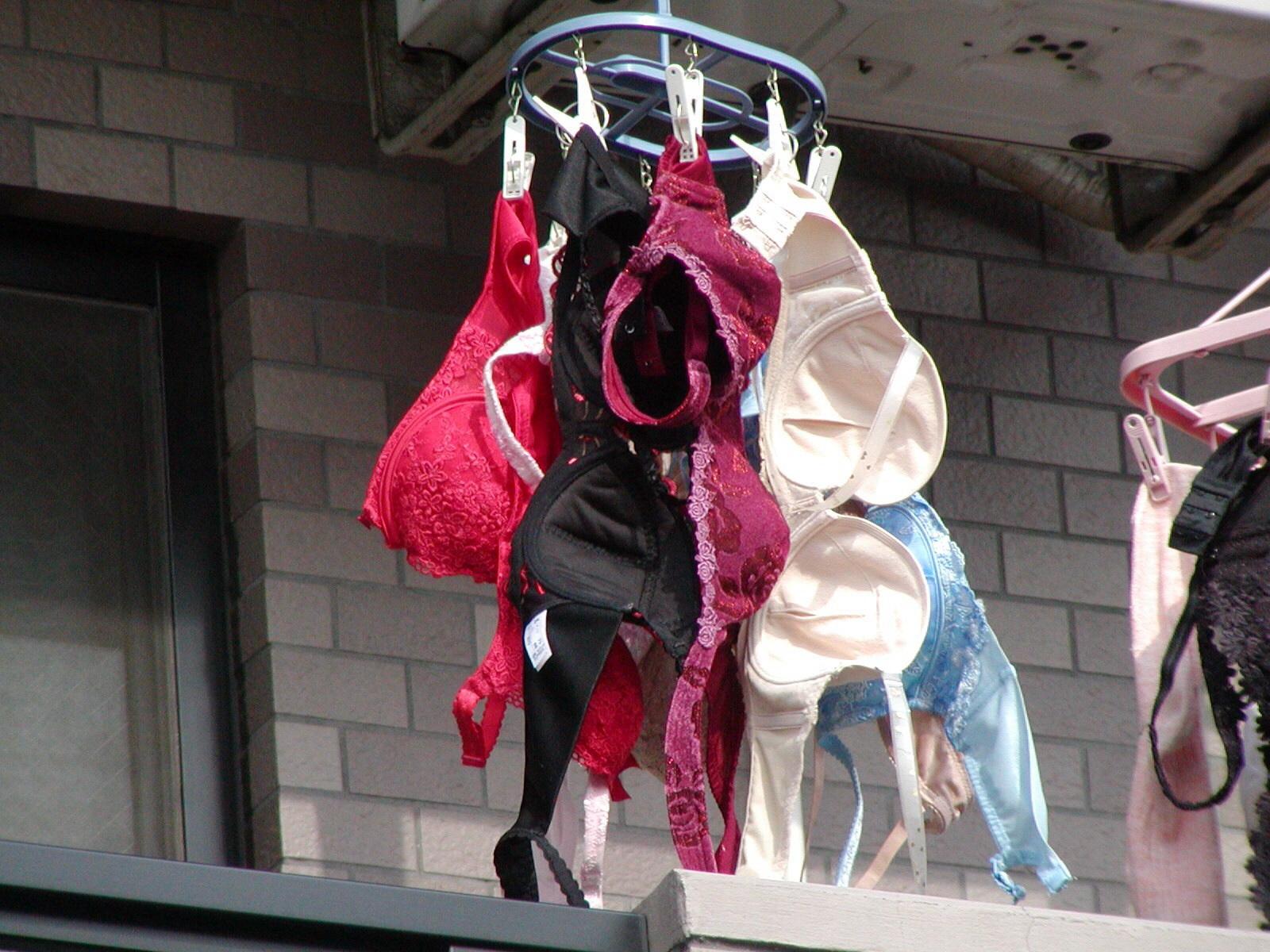 民家のベランダに下着泥棒が忍び込んで盗撮のマニアエロ画像4枚目