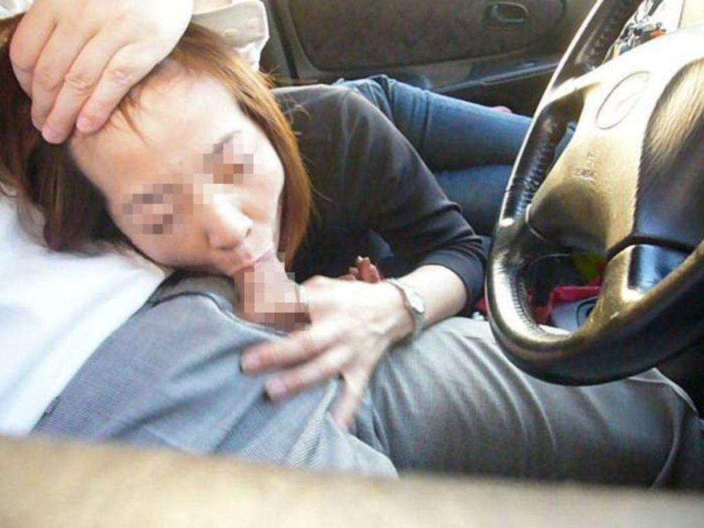 山中でカーセックスを楽しむ不倫超熟人妻のエロ画像13枚目