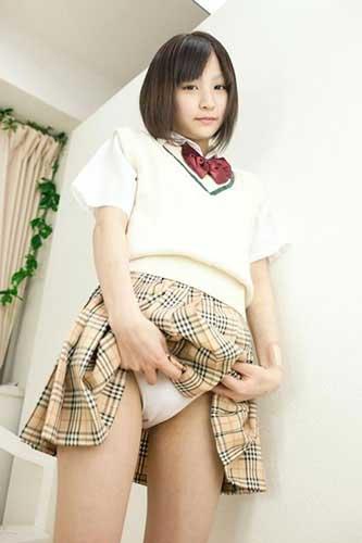 スカートをたくし上げて下着を見せる売女のエロ画像16枚目