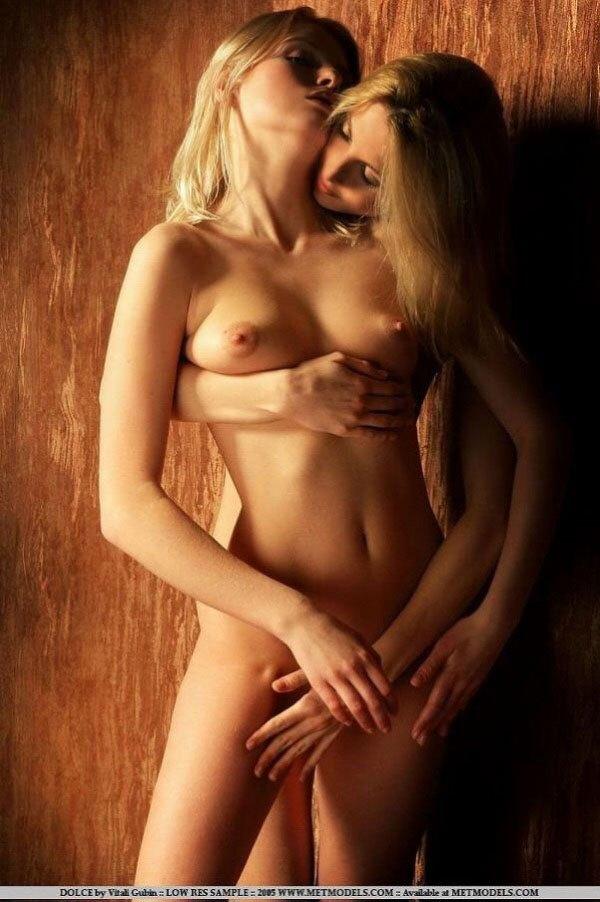 胸合わせをするパイパン洋炉少女のエロいレズ画像12枚目