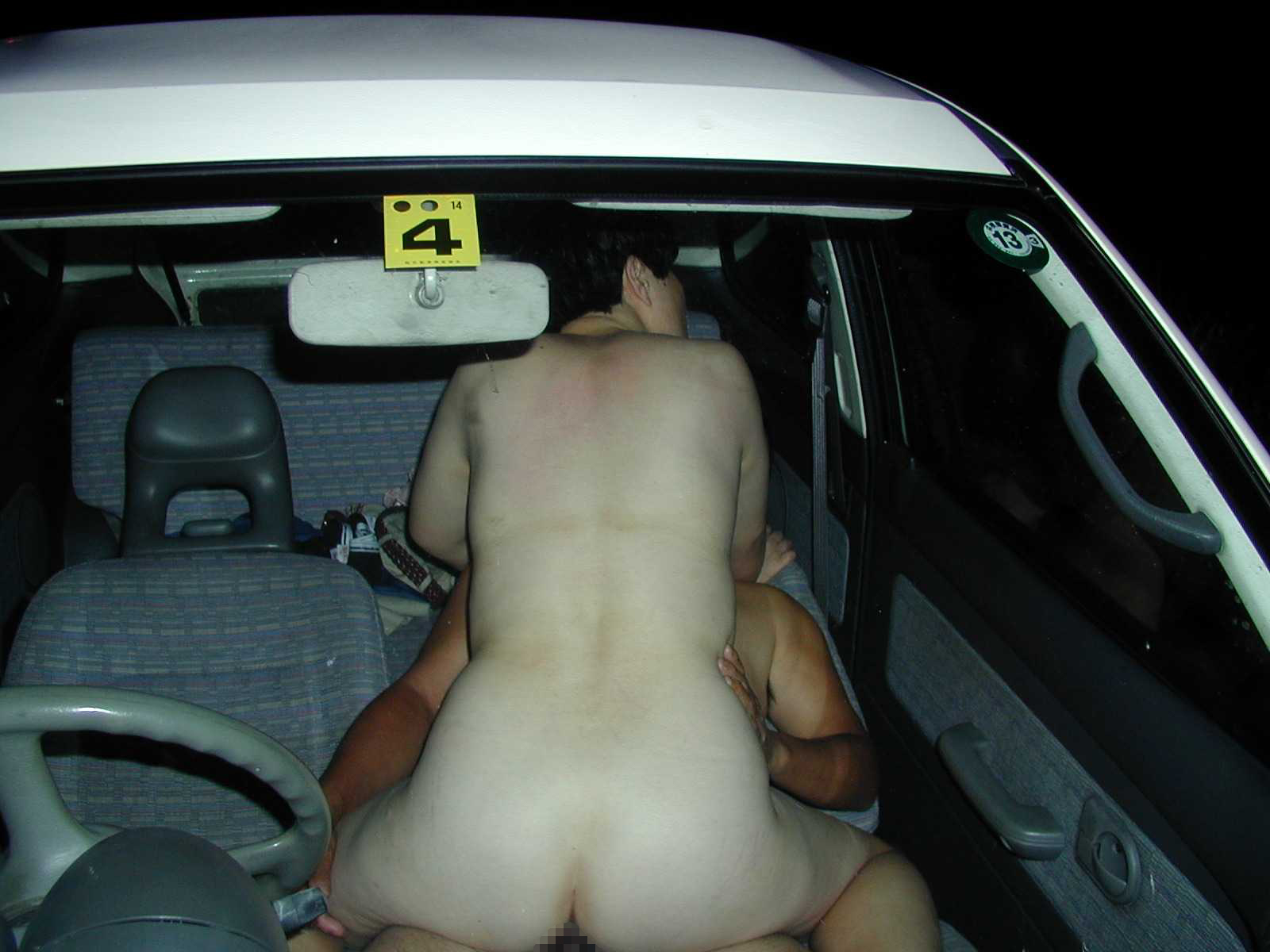 昼間からカーセックスをしてしまう不倫人妻エロ画像15枚目