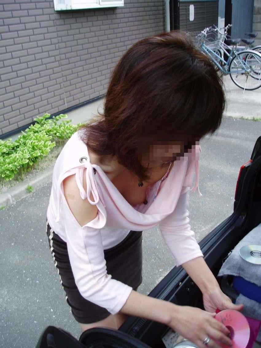 貧乳気味の店員さんの浮きブラ胸チラ盗撮エロ画像10枚目