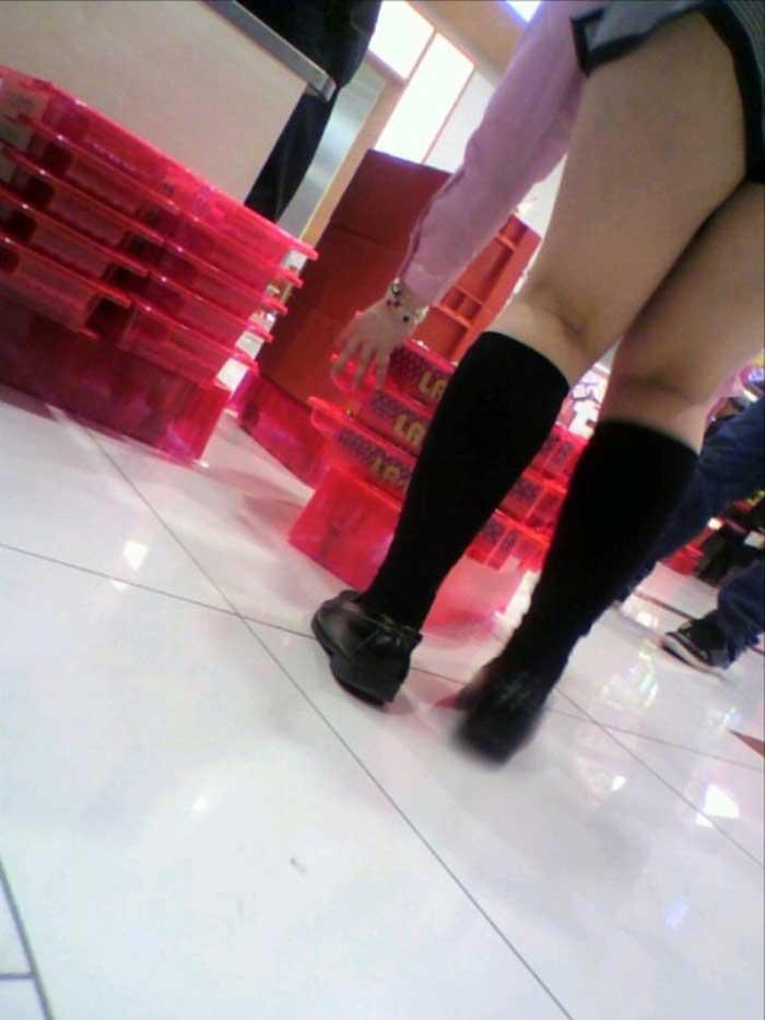 ギャル系店員さんの純白パンチラをパチンコ店で盗撮のエロ画像6枚目