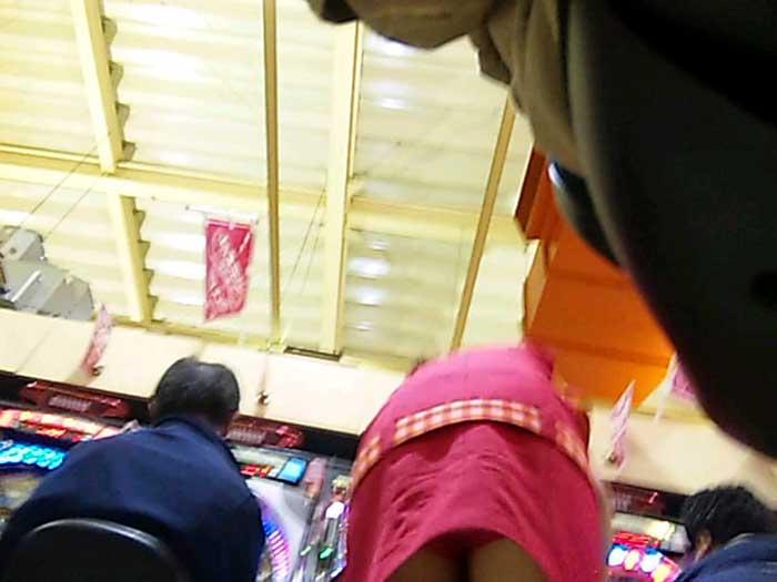 ギャル系店員さんの純白パンチラをパチンコ店で盗撮のエロ画像7枚目
