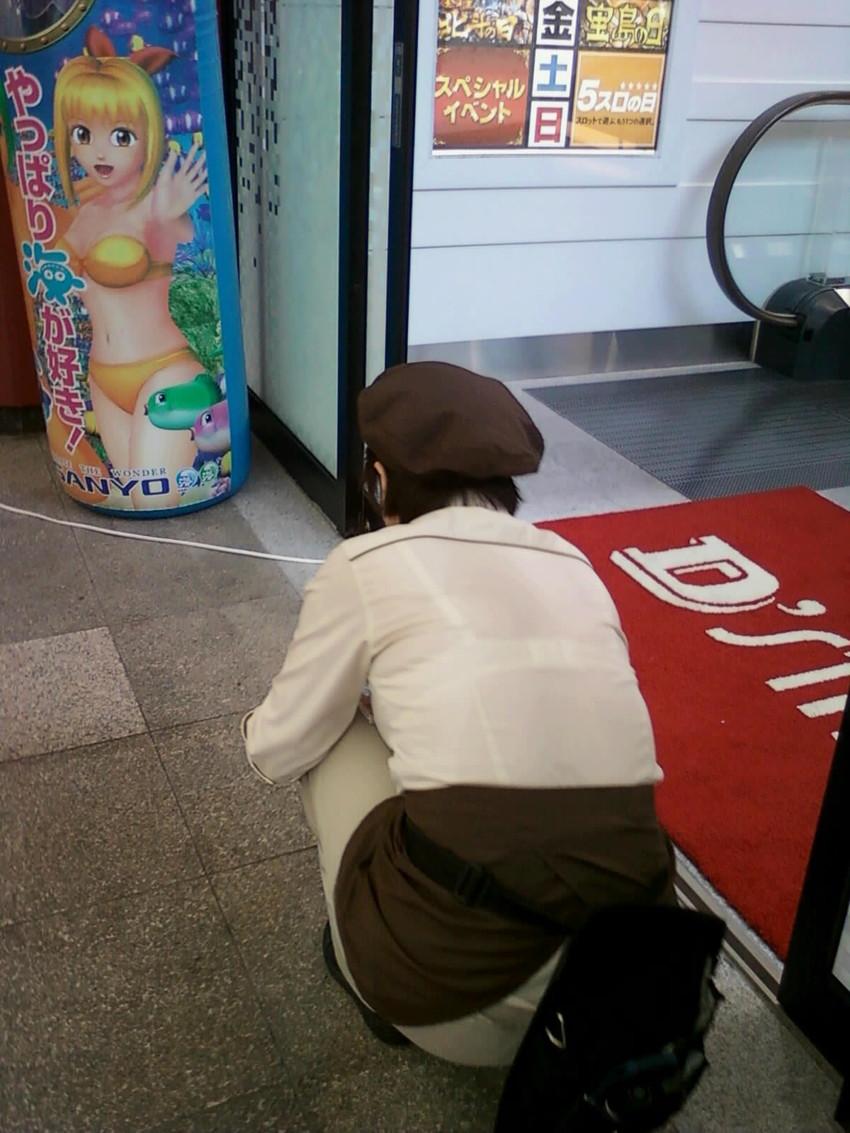 ギャル系店員さんの純白パンチラをパチンコ店で盗撮のエロ画像11枚目