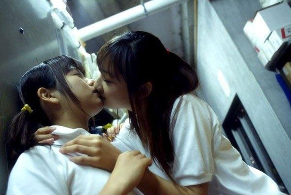女子高生のレズクンニやレズキスありのエロ画像4枚目